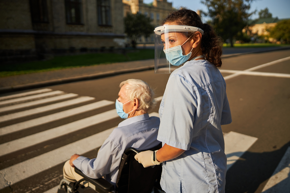 assistenza-anziani-coronavirus-passeggiata