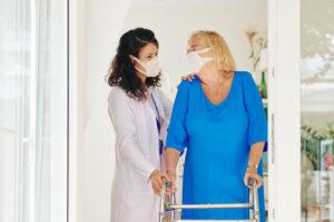 assistenza-domiciliare-per-anziani-a-Roma-badante-mascherina