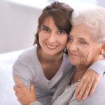 caregiver-familiare-requisiti-figlia-madre-anziana