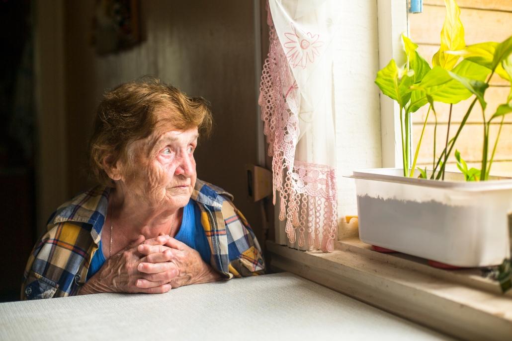 vulnerabilità-anziani-donna-guarda-fuori